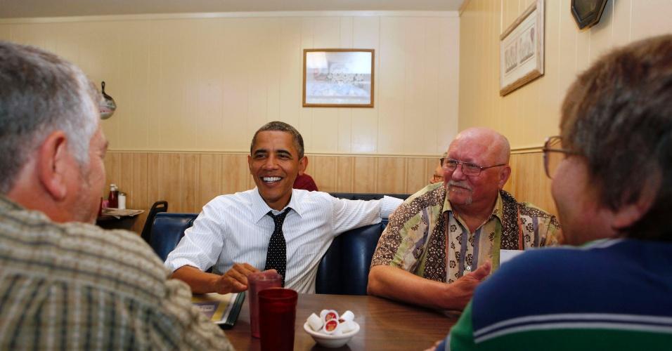 24.jul.2012 - O presidente Barack Obama toma café com veteranos das Forças Armadas em Portland, estado do Oregon (EUA)