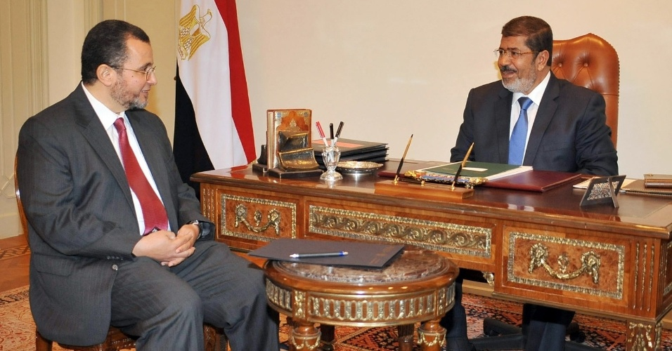24.jul.2012 - O presidente eg&#237;pcio Mohamed Mursi se re&#250;ne com o novo primeiro-ministro, Hisham Kandil, nomeado por ele nesta ter&#231;a-feira (24). Kandil era um burocrata no governo de Hosni Mubarak e &#233; uma figura pouco conhecida na pol&#237;tica do Egito