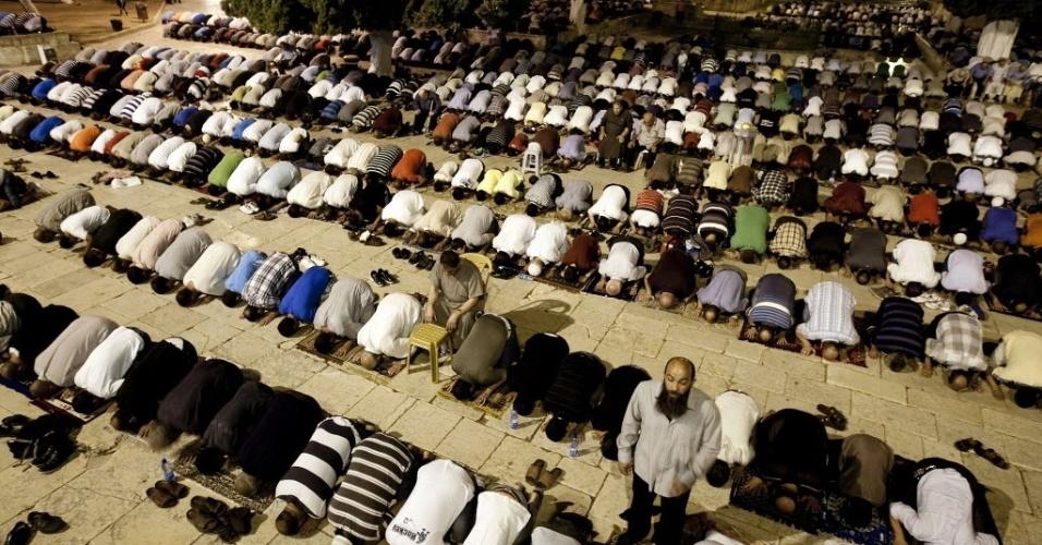 24.jul.2012 - Palestinos fazem orações em mesquita de al-Aqsa, em Jerusalém, nesta terça-feira