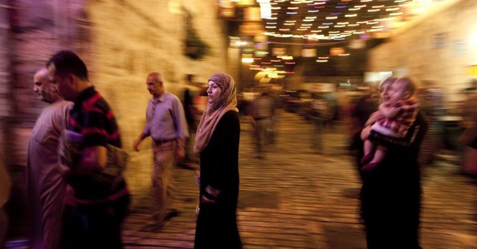 24.jul.2012 - Palestinos se dirigem a uma mesquita de al-Aqsa, em Jerusalém, nesta terça-feira