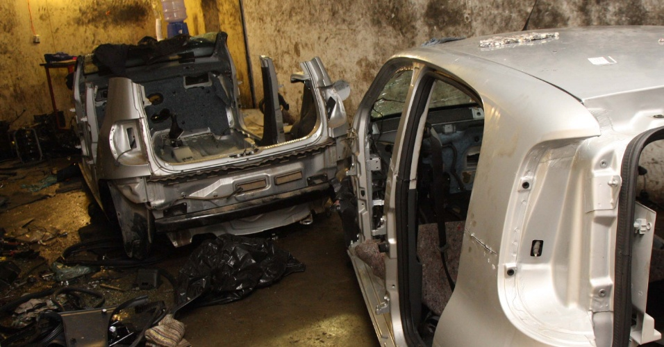 24.jul.2012 - Policiais encontraram um desmanche com 12 carros roubados em Mogi das Cruzes (SP), nesta ter&#231;a-feira (24). O local estava vazio e n&#227;o houve flagrantes