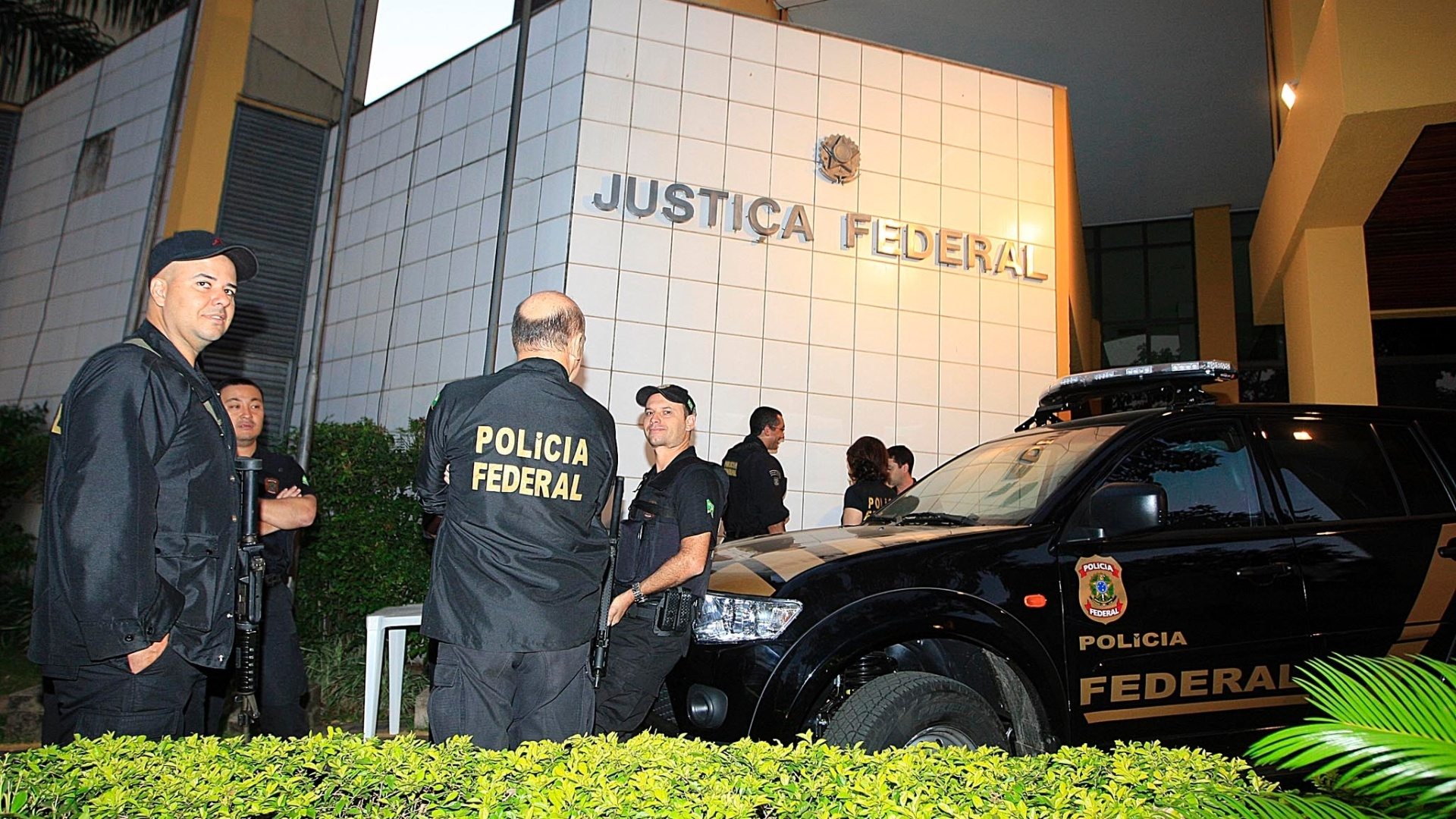 24.jul.2012 - Policiais trabalham em frente ao prdio da Justia Federal de Goinia, nesta tera-feira (24). Comeam hoje no local as audincias de instruo e julgamento de Carlinhos Cachoeira e outros sete rus. Sero dois dias de depoimentos