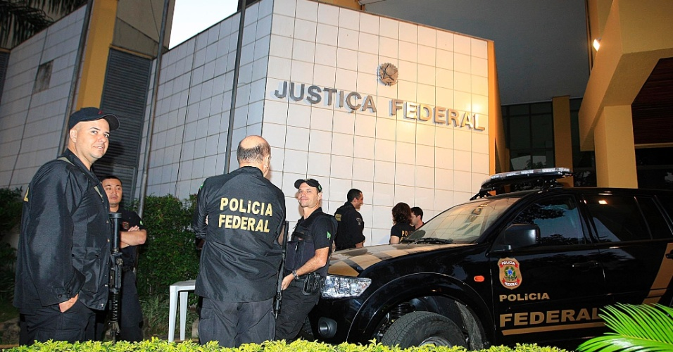 24.jul.2012 - Policiais trabalham em frente ao pr&#233;dio da Justi&#231;a Federal de Goi&#226;nia, nesta ter&#231;a-feira (24). Come&#231;am hoje no local as audi&#234;ncias de instru&#231;&#227;o e julgamento de Carlinhos Cachoeira e outros sete r&#233;us. Ser&#227;o dois dias de depoimentos