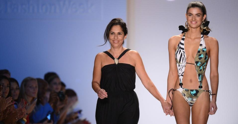 A estilista Liliana Villalobo (esq.) é acompanhada por modelo ao fim do desfile da marca Aguaclara na semana de moda praia de Miami (23/07/2012)