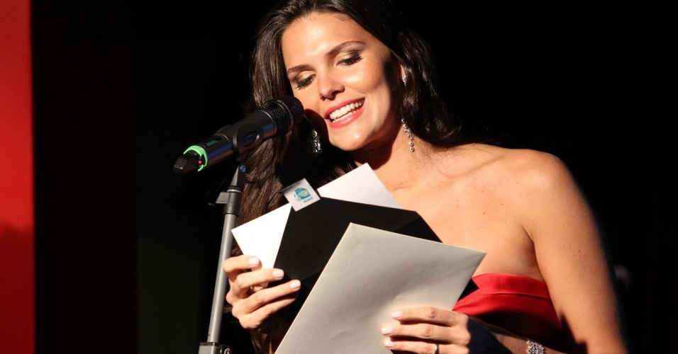 A modelo Daniella Sarahyba abre um dos envelopes com o nome dos vencedores no Pr&#234;mio Contigo! no RJ (23/07/12)