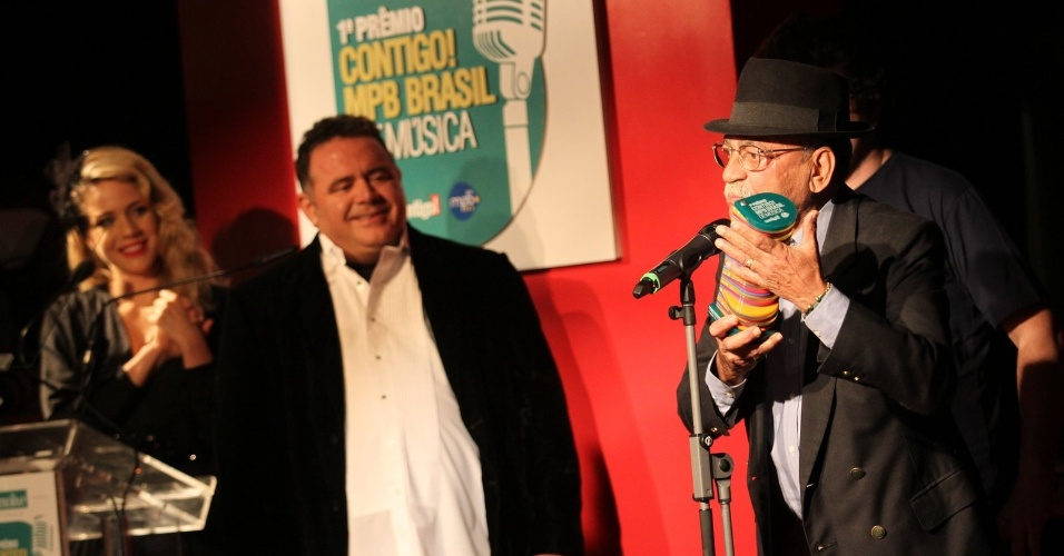 Escolhido como melhor instrumentista, Wilson das Neves agradece no palco do Pr&#234;mio Contigo! no Rj (23/07/12)