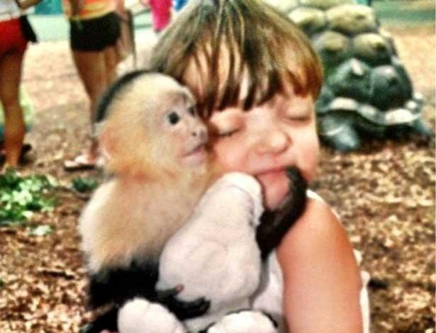 Filha de Justus e Ticiane abraça macaco em zoológico (24/7/12)