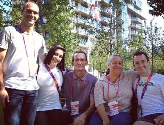 Ginastas Diego (d) e Daniele Hypolito recebem visita do irmão Edson e dos pais na Vila Olímpica de Londres (24/07/2012)