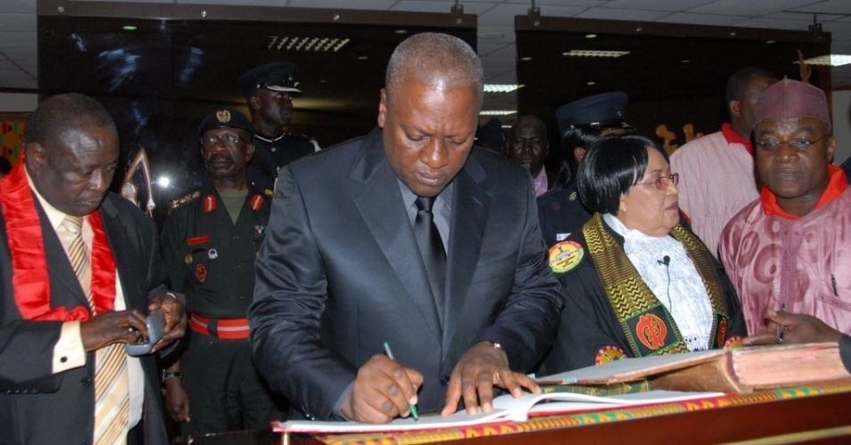 24.jul.2012 - John Dramani Mahama, vice-presidente de Gana, assina documentos ao assumir oficialmente o cargo de presidente do pa&#237;s. Nesta ter&#231;a-feira (24), John Atta Mills, ent&#227;o presidente da na&#231;&#227;o africana,  morreu subitamente. De acordo com um assessor, o presidente j&#225; havia reclamado de dores, na noite de segunda-feira (23) 