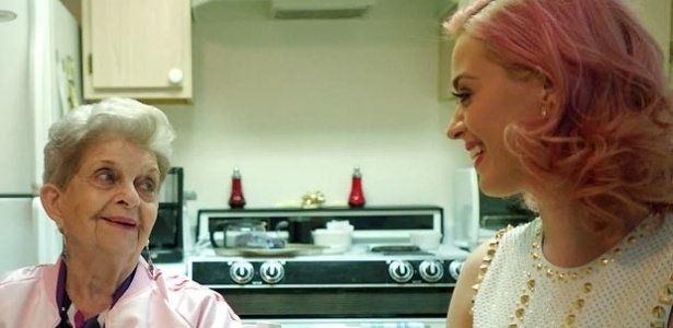 Katy Perry visita sua avó e grava participação no filme
