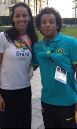 Lateral da seleo Marcelo tira foto com Paula Pequeno, jogadora da equipe feminina de vlei, na Vila Olmpica