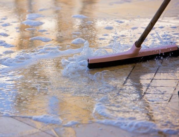 """A lavagem de pisos """"frios"""" como pedras, cerâmicas e porcelanatos deve ser feita com detergentes neutros"""