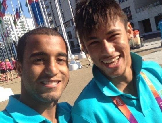 Lucas e Neymar, da equipe de futebol masculino, tiram foto dentro da Vila Olímpica