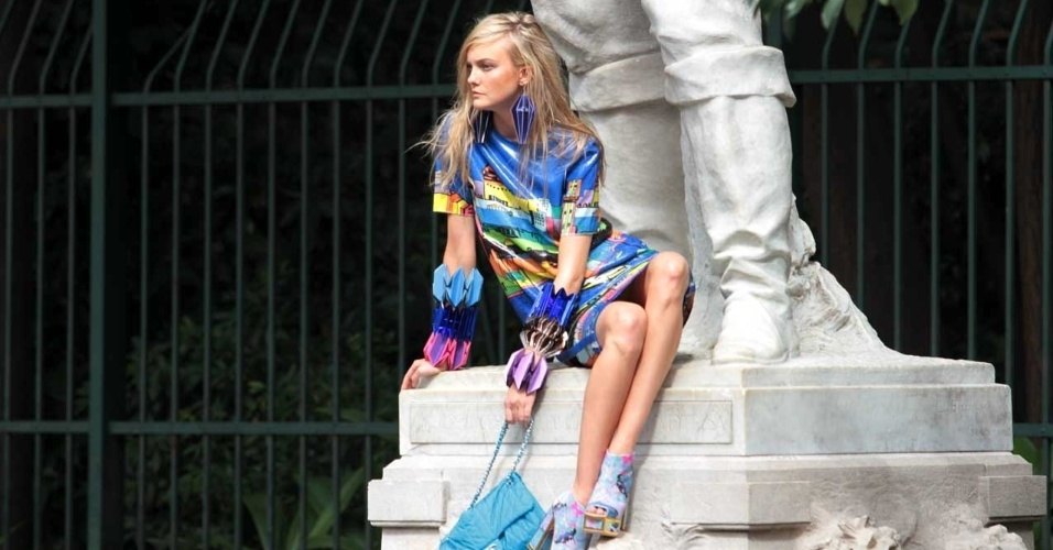 Modelo Carol Trentini participa de uma sessão de fotos em frente ao Parque Trianon (24/7/12)