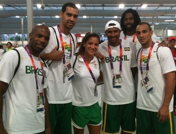 Nadadora Joanna Maranhão tira foto com Larry Taylor, Marquinhos, leandrinho, Nenê e Alex, da equipe brasileira de basquete masculino