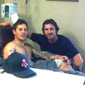 """O ator Christian Bale, protagonista da trilogia do Batman, visita Carey Rottman, que sobreviveu ao tiroteio em cinema que exibia o filme """"Batman: O Cavaleiro das Trevas Ressurge"""""""