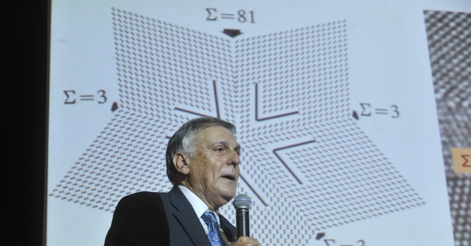 O cientista israelense Daniel Shechtman, Pr&#234;mio Nobel de Qu&#237;mica de 2011, em palestra nesta ter&#231;a-feira (24) na 64&#170; Reuni&#227;o Anual da Sociedade Brasileira para o Progresso da Ci&#234;ncia (SBPC). Ele encantou o p&#250;blico ao contar sua descoberta sobre os quasicristais