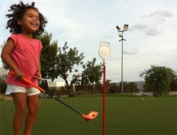 """O ex-jogador Ronaldo postou no Twitter uma foto de sua filha Maria Sophia jogando golfe. """"Princesa MS fazendo seu primeiro holei in one!"""", escreveu Ronaldo (22/7/12)"""