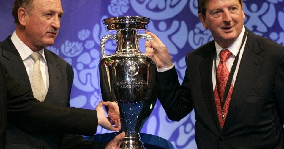 Técnicos Luiz Felipe Scolari e Roy Hodgson posam para foto durante sorteio das eliminatórias da Eurocopa 2008 (27/01/2006)