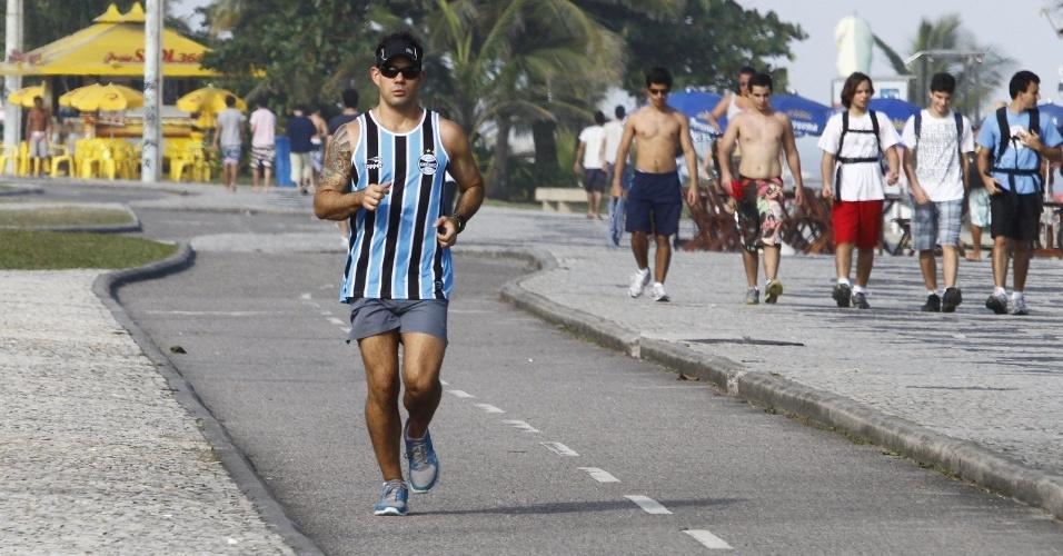 Vestindo camisa do time de futebol Grêmio, Juliano Cazarré se exercitou pela orla da praia da Barra da Tijuca, zona oeste do Rio (24/7/12)