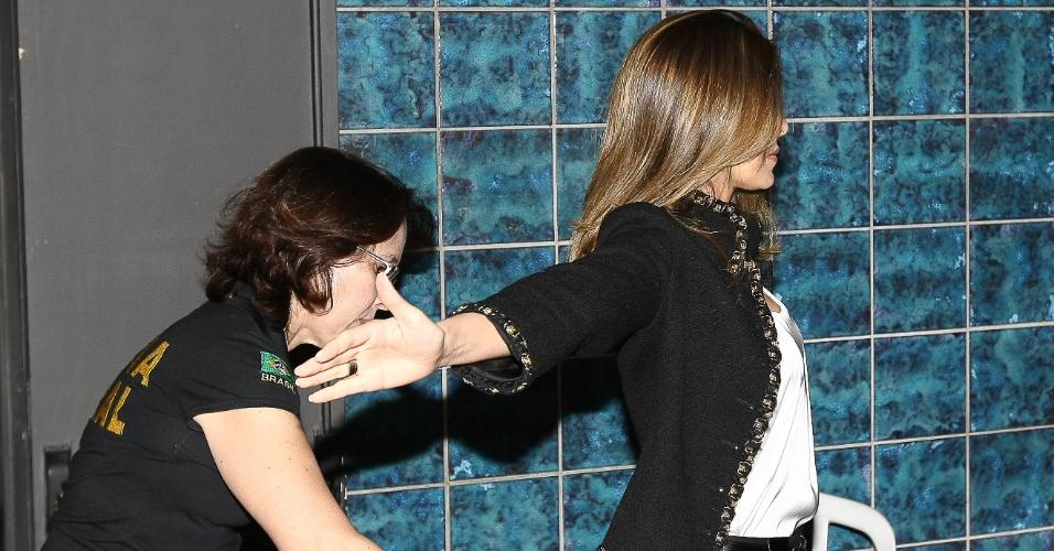 25.jul.2012 - Andressa Mendonça, mulher de Carlinhos Cachoeira, é revistada ao chegar ao auditório da Justiça Federal de Goiânia, onde estão sendo realizados os depoimentos das testemunhas de acusação e defesa do caso Cachoeira