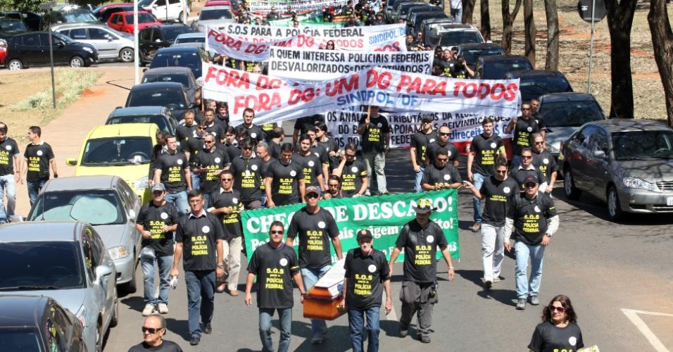 25.jul.2012 - Escrivães, agentes e papiloscopistas da Polícia Federal organizaram uma manifestação nesta quarta-feira (25), em Brasília. Eles reivindicam reestruturação salarial e consideram decretar greve nos próximos dias