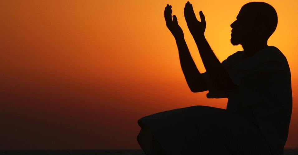 25.jul.2012 - Homem reza durante o pôr do sol em Bengazi, na Líbia, durante o mês sagrado do Ramadã