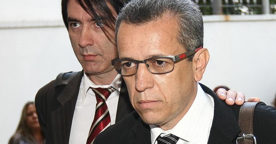 25.jul.2012 - Lenine Araújo (de óculos) chega ao auditório da Justiça Federal de Goiânia, onde estão sendo realizados os depoimentos das testemunhas de acusação e defesa do caso Cachoeira