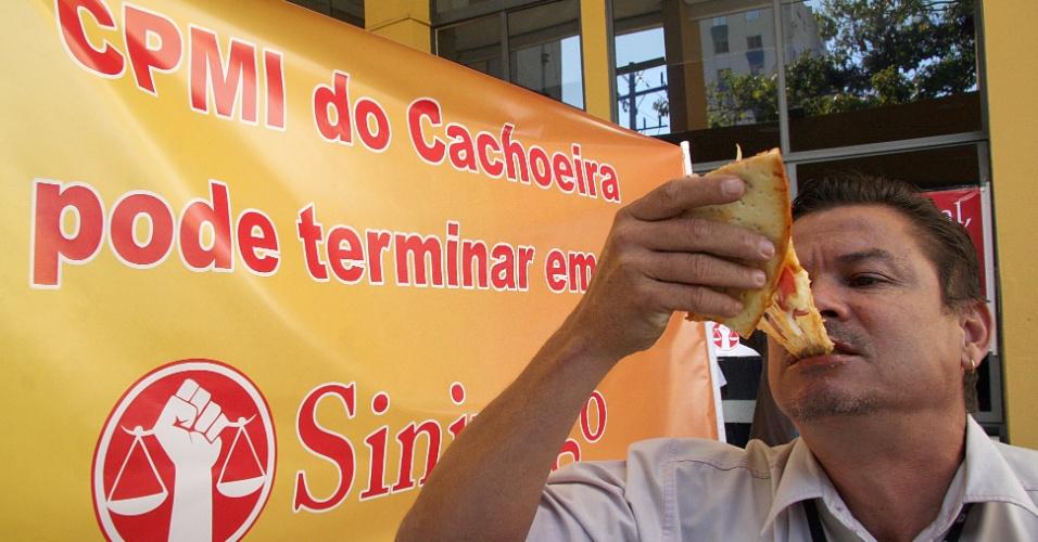 25.jul.2012 - Servidores fazem manifestação na porta do prédio do auditório da Justiça Federal de Goiânia, onde estão sendo realizados os depoimentos das testemunhas de acusação e defesa do caso Cachoeira