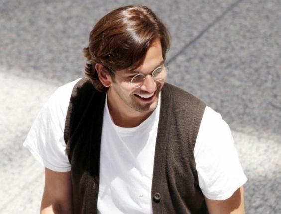 Caracterizado como Steve Jobs, Ashton Kutcher filma cenas da cinebiografia