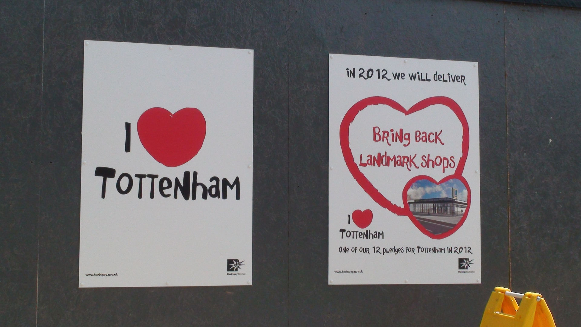 Cartaz tenta promover o amor ao bairro londrino de Tottenham (25/07/2012)