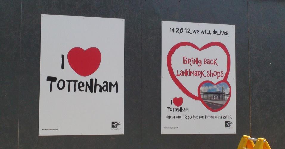 Cartaz tenta promover o amor ao bairro londrino de Tottenham (25/07/2012)