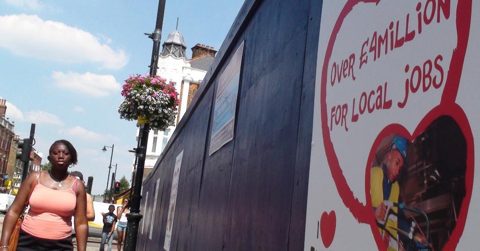 Cartazes no bairro londrino de Tottenham, palco de distúrbios em agosto de 2011 (25/07/2012)