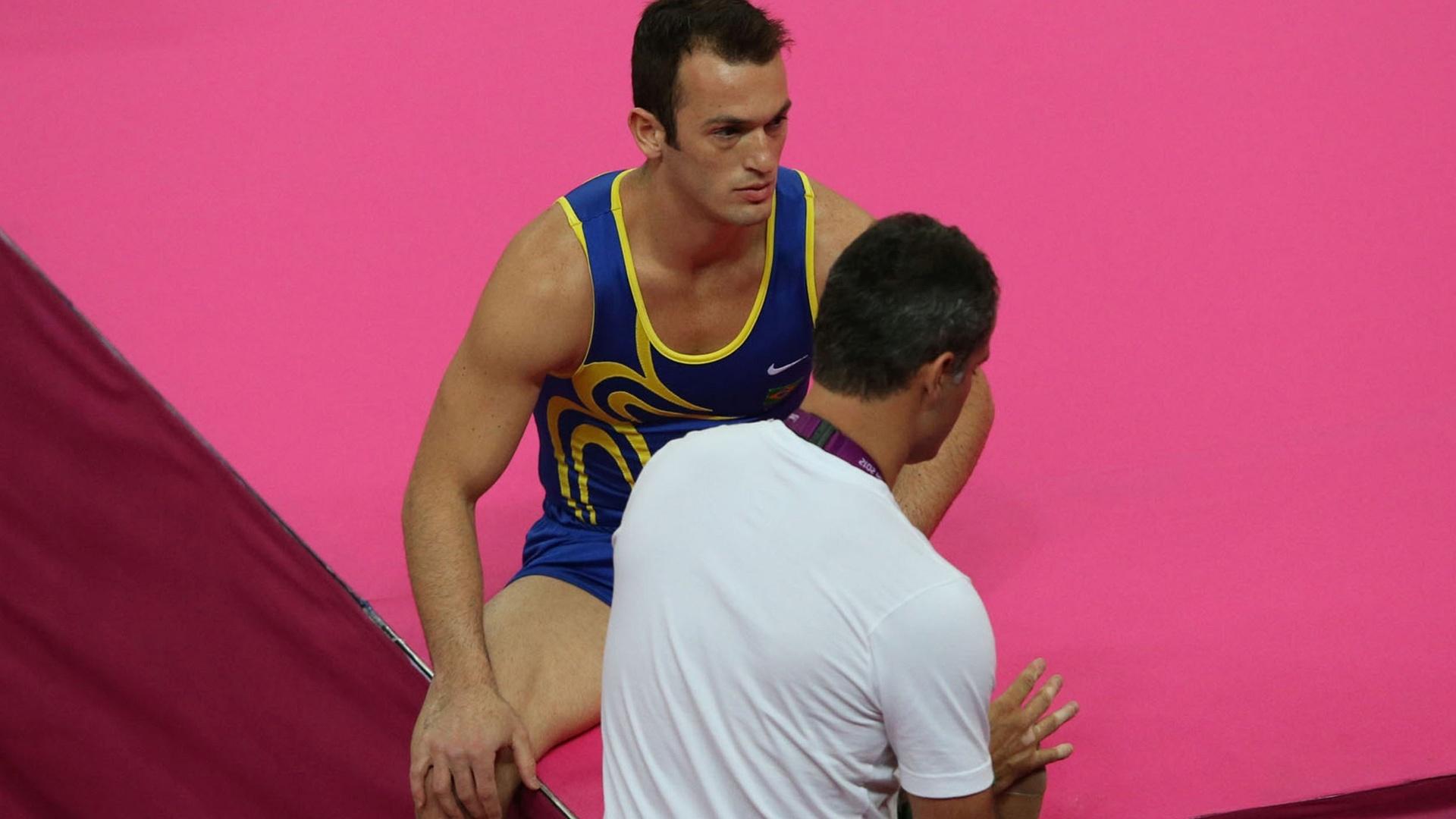 Diego Hypolito e o técnico Renato Araújo durante treino de pódio, em que ginasta reclamou de dores