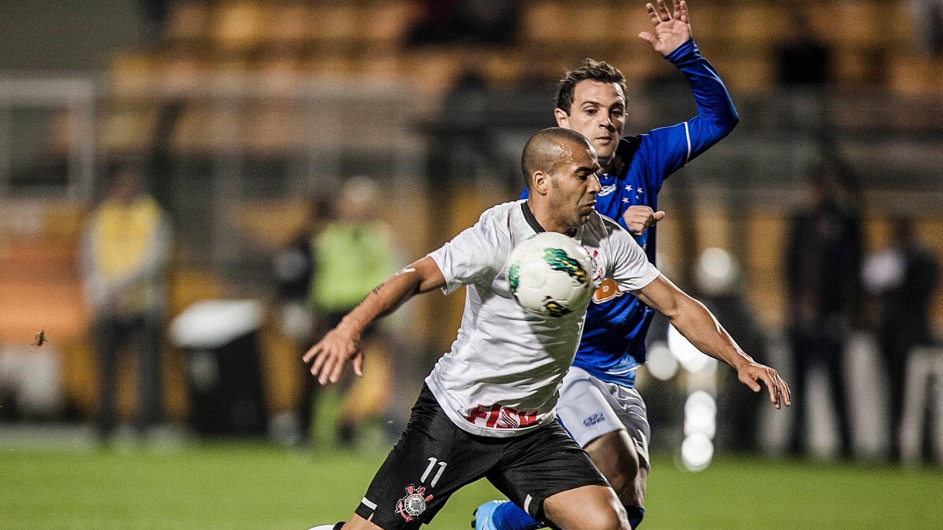 Emerson Sheik trava belo duelo com argentino Montillo e tenta proteger a bola