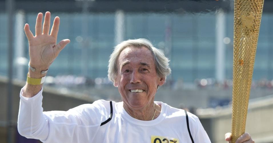 Ex-goleiro Gordon Banks carrega a tocha olímpica pelas ruas de Londres a dois dias da cerimônica de abertura dos Jogos