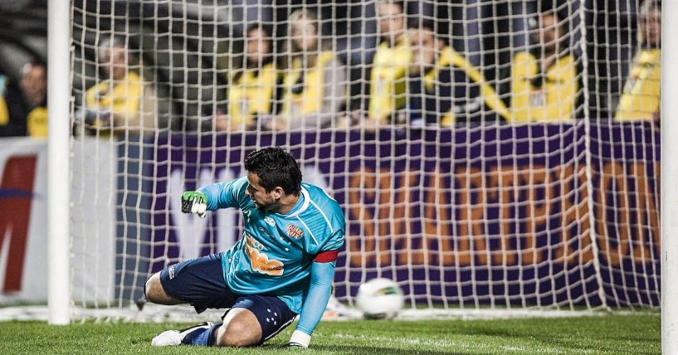 Fabio não consegue defender o pênalti de Chicão e vê a bola balançar as redes no jogo entre Corinthians e Cruzeiro