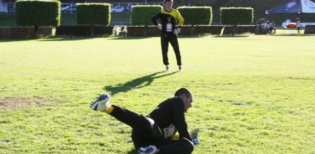 Goleiro Deola participa de treinamento no Vitória