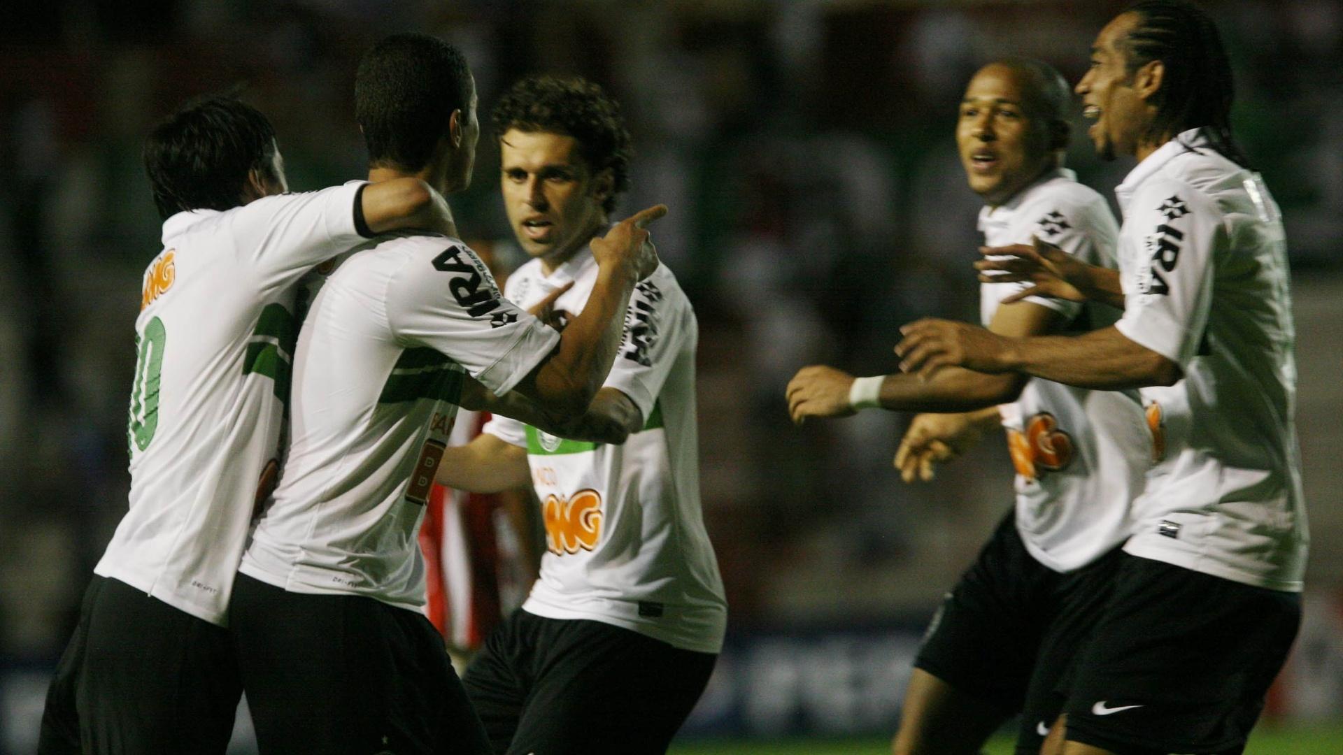 Jogadores do Coritiba comemoram um dos gols da equipe na vitória por 4 a 3 sobre o Náutico