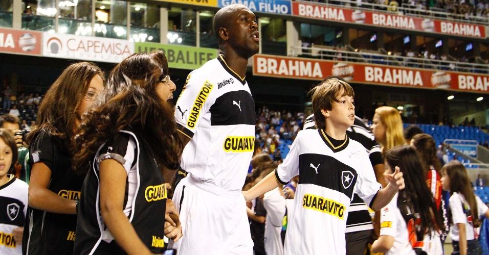 Seedorf entra em campo cercado de crianças para o duelo do Botafogo contra o Vasco, no Engenhão