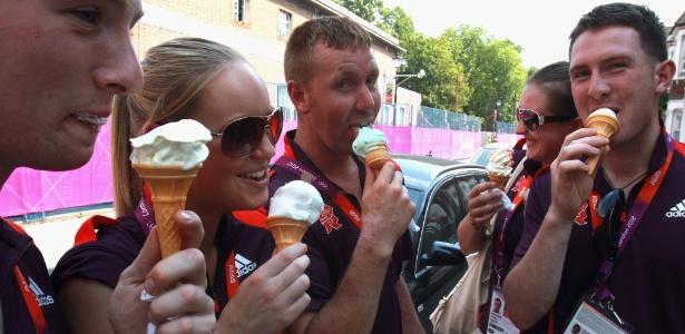 Voluntários da Olimpíada de Londres durante momento de descontração