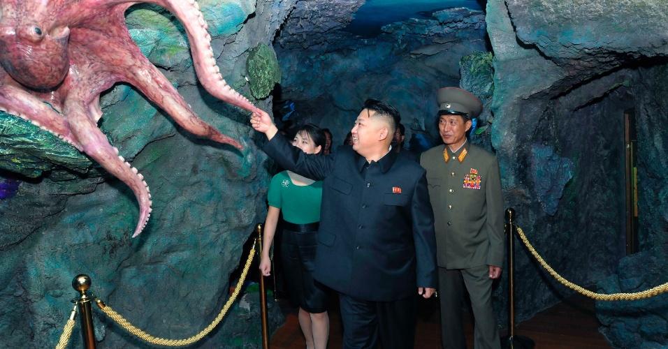 26.jul.2012 - Em foto divulgada nesta quinta-feira (26), o líder norte-coreano Kim Jong-Un visita parque de diversões recém-inaugurado em Pyongyang, na Coreia do Norte
