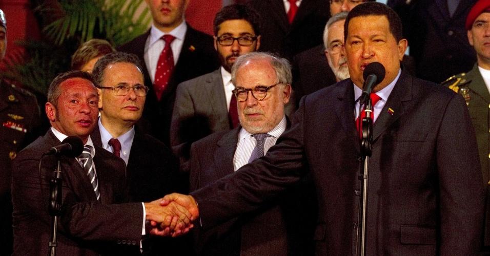 26.jul.2012 - O presidente venezuelano, Hugo Chávez (à direita), cumprimenta o secretário-executivo do Ministério do Desenvolvimento, Indústria e Comércio Exterior, Alessandro Teixeira (à esquerda), nesta quinta-feira (26). Uma delegação brasileira está em Caracas para acelerar o processo de adesão da Venezuela ao Mercosul