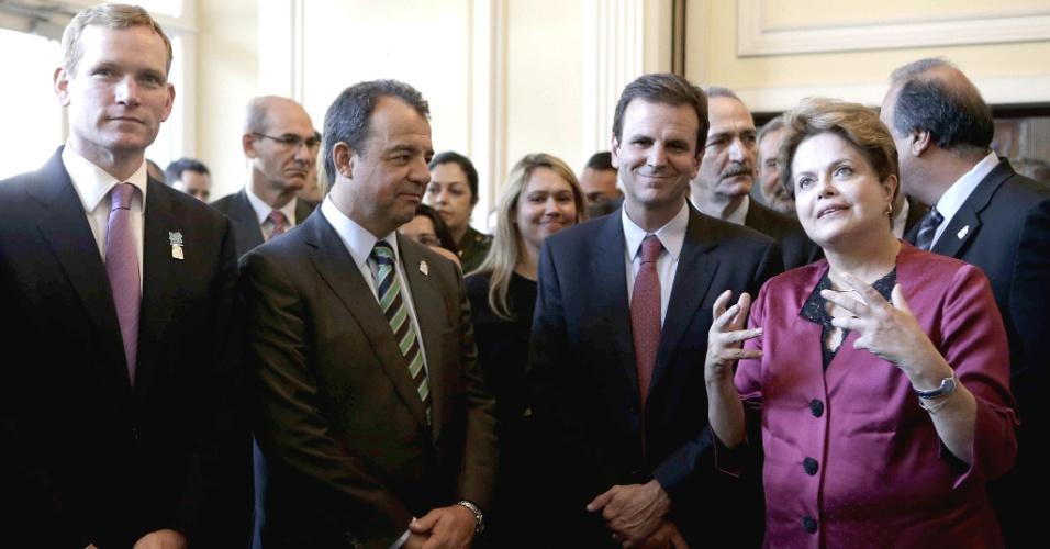 26.jul.2012 - A presidente Dilma Rousseff participa da inauguração das novas instalações da embaixada brasileira em Londres, com o prefeito do Rio de Janeiro, Eduardo Paes, e o governador do estado, Sérgio Cabral