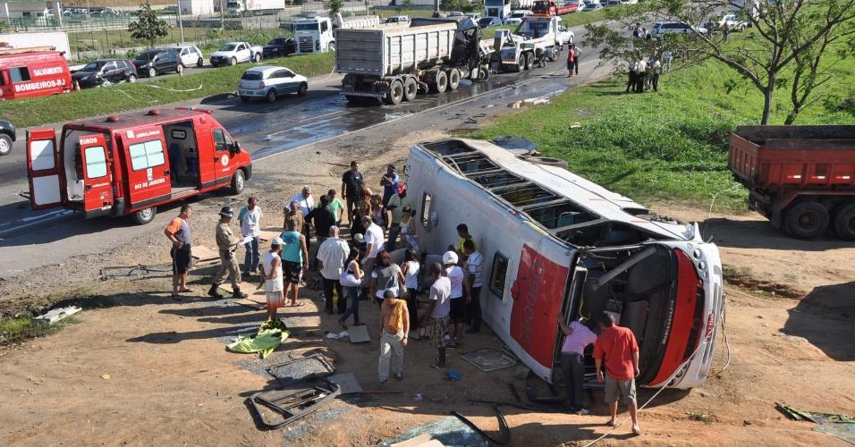 26.jul.2012 - Acidente envolvendo uma carreta e um micro-ônibus na avenida Brasil, altura de Campo Grande, zona oeste do Rio de Janeiro, deixa 30 pessoas feridas