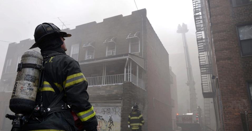 26.jul.2012 - Bombeiros trabalham nesta quinta-feira (26) contra incêndio que atinge prédio de sete andares em Prospect Lefferts Gardens, no Brooklyn, em Nova York (Estados Unidos). Ao menos 14 moradores do prédio, que tem 115 unidades, ficaram feridos no incêndio