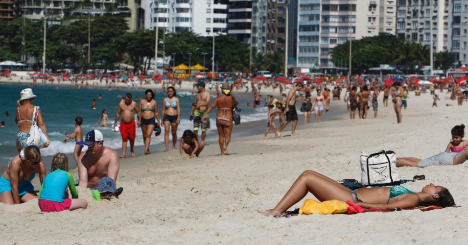 26.jul.2012 - Cariocas aproveitam o sol na Praia de Copacabana, no Rio de Janeiro. A temperatura chegou aos 33 graus 33&#186;C nesta quinta-feira (26)