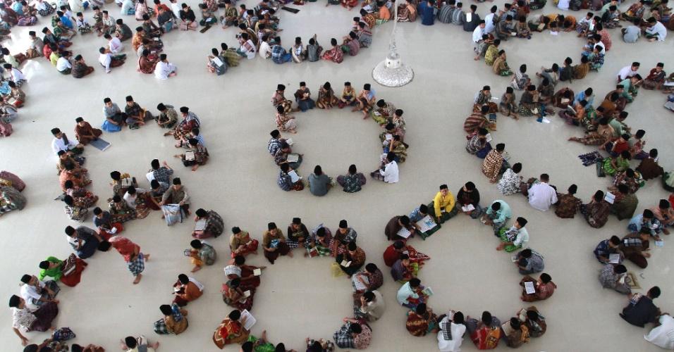 26.jul.2012 - Crianças de uma escolar islâmica em Medan, na Indonésia, rezam na quadra durante o Ramadã, mês sagrado para os muçulmanos
