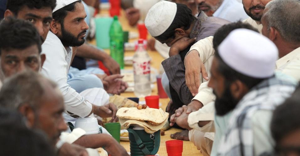 26.jul.2012 - Em Islamabad, paquistaneses encerram o jejum com o pôr-do sol durante o Ramadã, mês sagrado para os muçulmanos. No país, até os restaurantes são proibidos de funcionar durante o dia