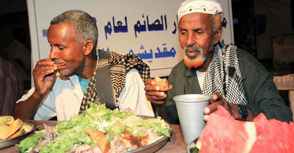 26.jul.2012 - Em Mogadício, capital da Somália, muçulmanos fazem a primeira refeição do dia depois que o sol se põe, durante o mês do Ramadã